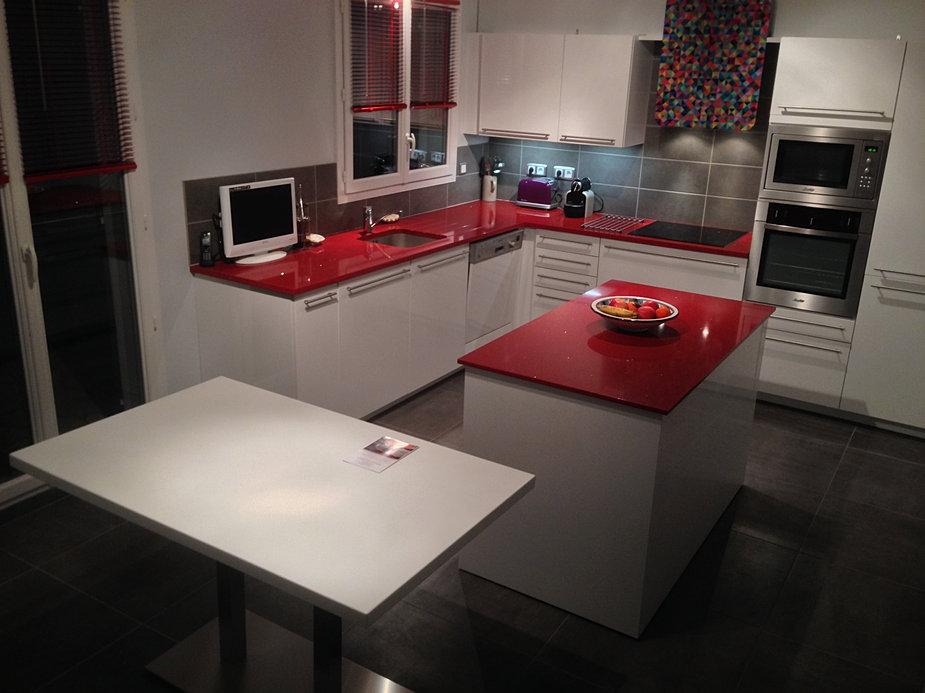 Salon Moderne Design Italien : Plan de travail sur mesure en quartz rouge silestone à pailletes