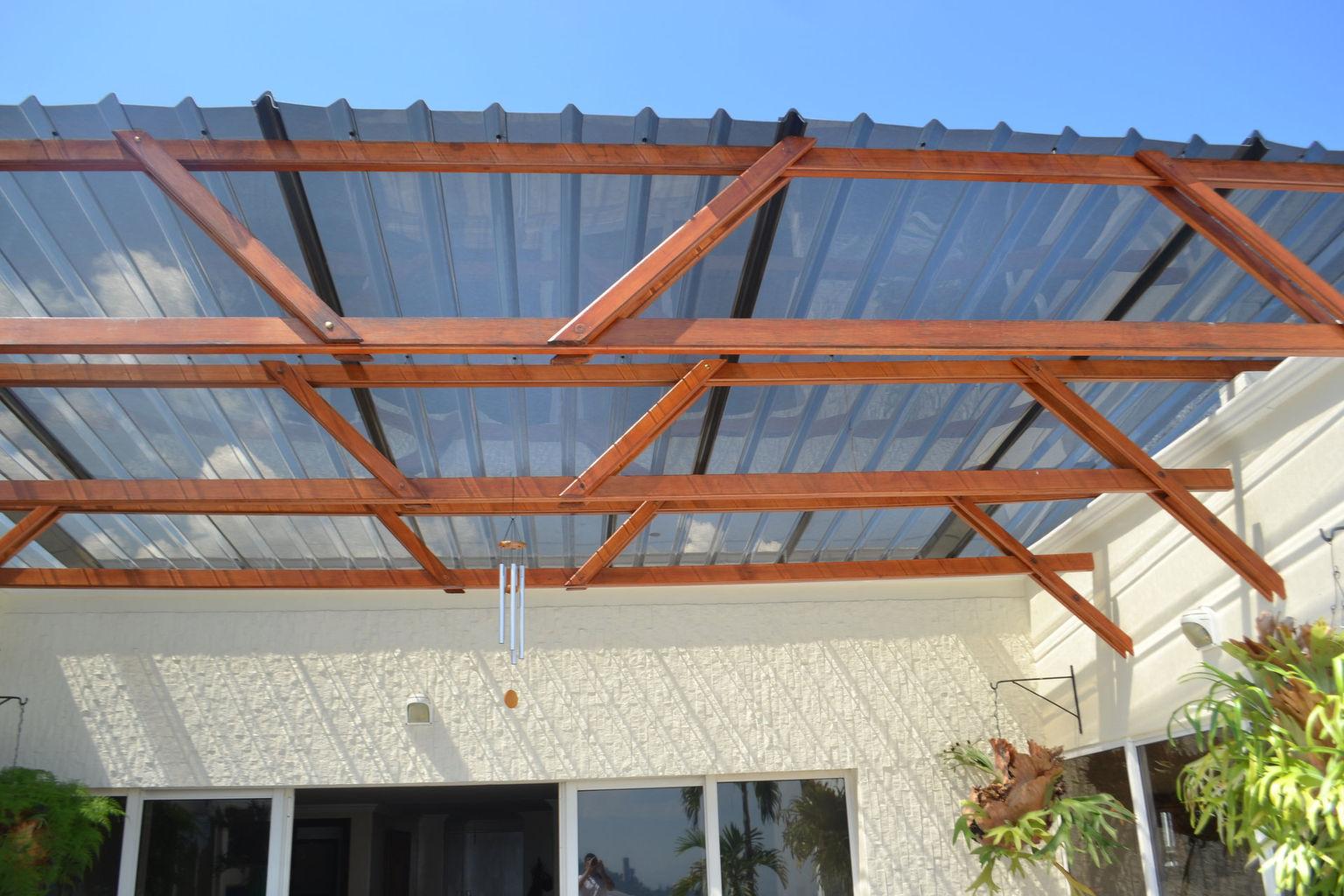 Acabados en muros con pintura acrílica para exteriores y acabado en barniz para exteriores en estructura de madera