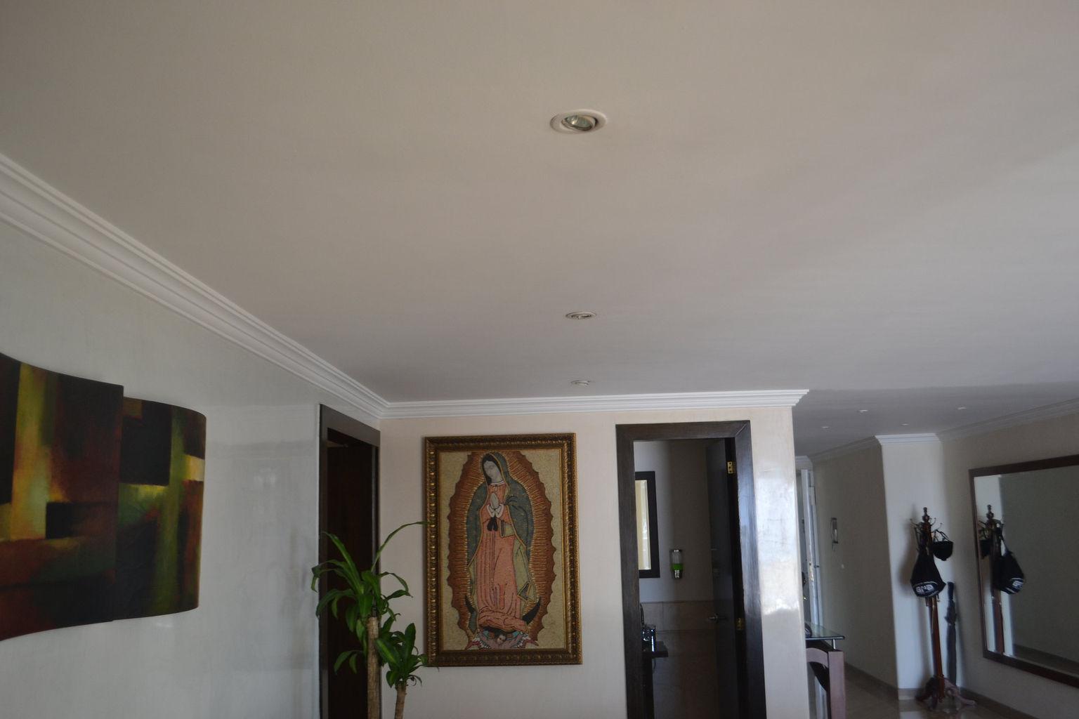 Acabados en vinilo a techos, instalación de moldura en yeso y acabados a muros en estuco veneciano