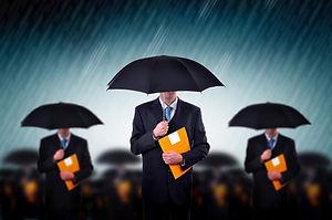 Geschäftsmann mit Regenschirmen