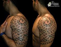 tatouage polynesien maorie tribal epaule bras
