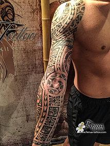 tatouage polynesien maorie tribal epaule bras fenua tattoo sanary sur mer tahiti tattoo