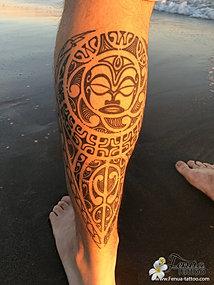tatouage polynesien maorie sur le mollet