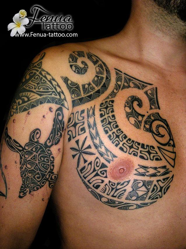 Tatouage polynésien bras épaule homme