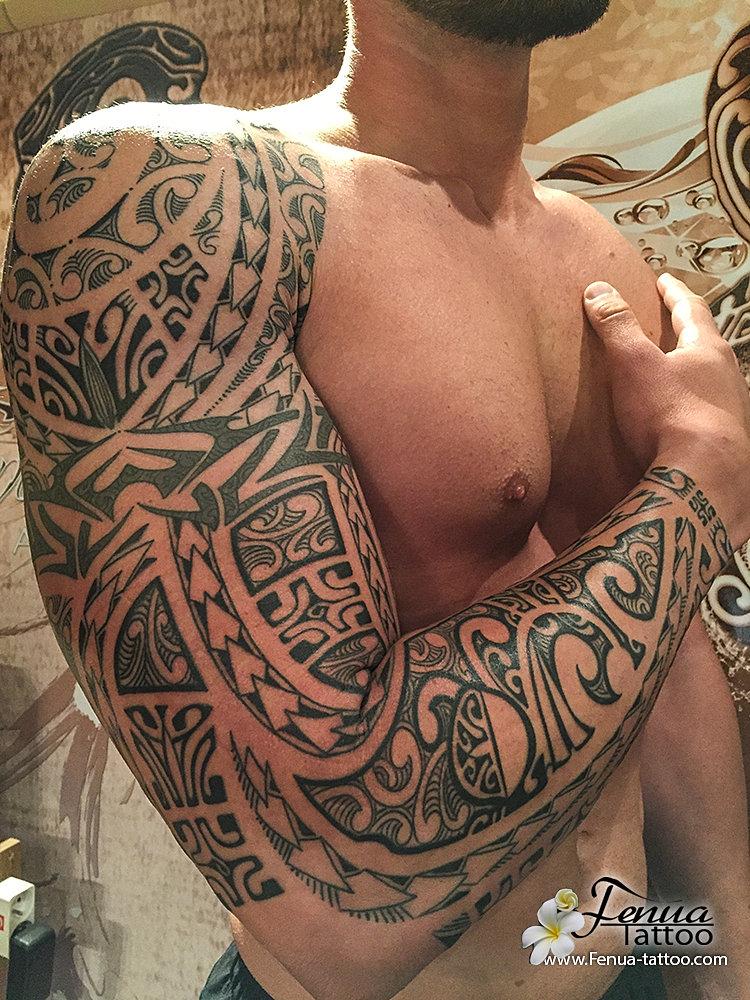 tatouage polynesien maorie tribal epaule bras fenua tattoo sanary sur mer