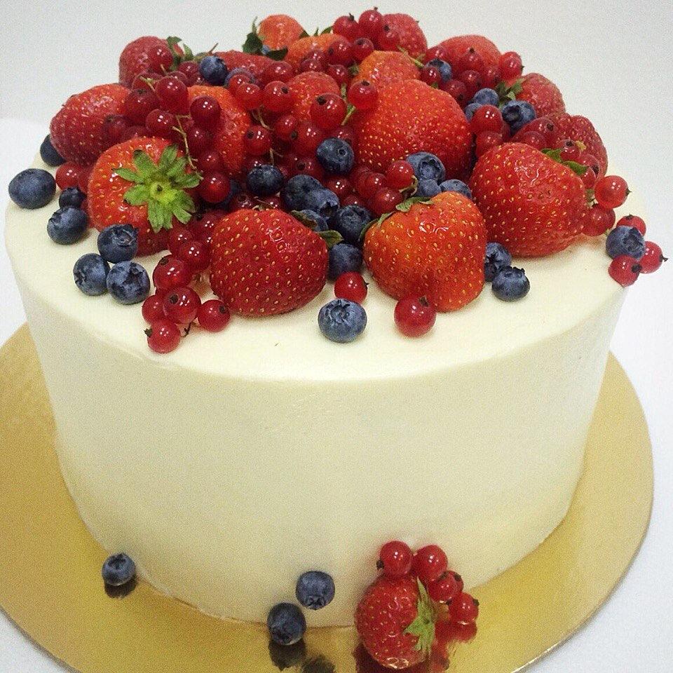 Торты с кремом и ягодами