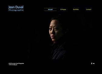 Photographe Portraits Template - Ce template de site web minimaliste et audacieux est idéal pour les designers, les photographes ou les artistes visuels. Téléchargez des images et créez une élégante galerie pour exposer vos projets créatifs !