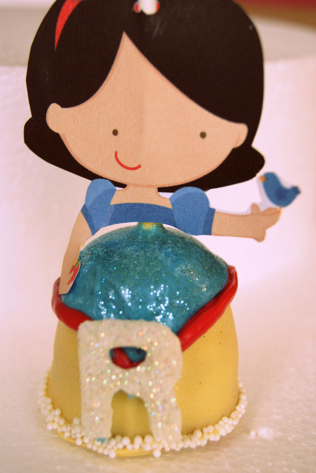 Snow white cake pop