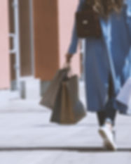 Chica con bolsas de la compra