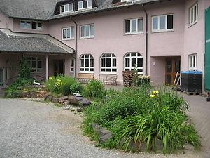 Waldhaus vom Dorfplatz aus.jpg