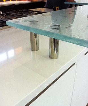 Incroyable Overhanging Glass Bar Top