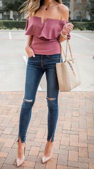 2. La blusa enseñando hombritos no pasará de moda esta temporada y el color  es de mis favoritos, ni muy rosa ni muy vino, me encanta!👌🏼