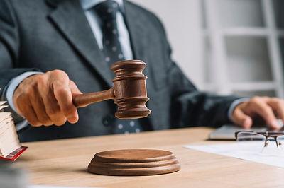 meski-sedzia-prawnik-daje-werdykt-uderza