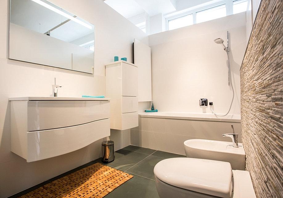 Modernes badezimmer holzfliesen for Bad mit holzfliesen
