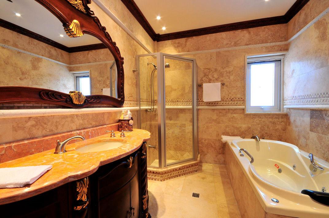 bao principal con ducha cabina kolher jacuzzi con hidromasaje y dos lavamanos y espejo de