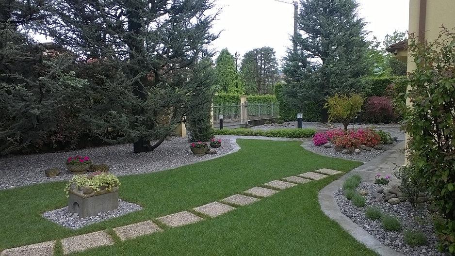 Cerchi un giardiniere a monza for Giardini moderni con sassi
