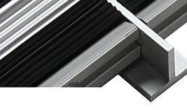 Perfil Metalico com secção T para aplicar entre modulos do mesmo tapete de entrada metalico quando este seja de grandes dimensoes e exiga o seu fabrico em varios modulos