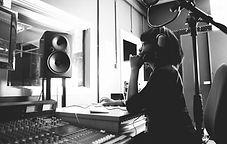 Kvinna i en studio