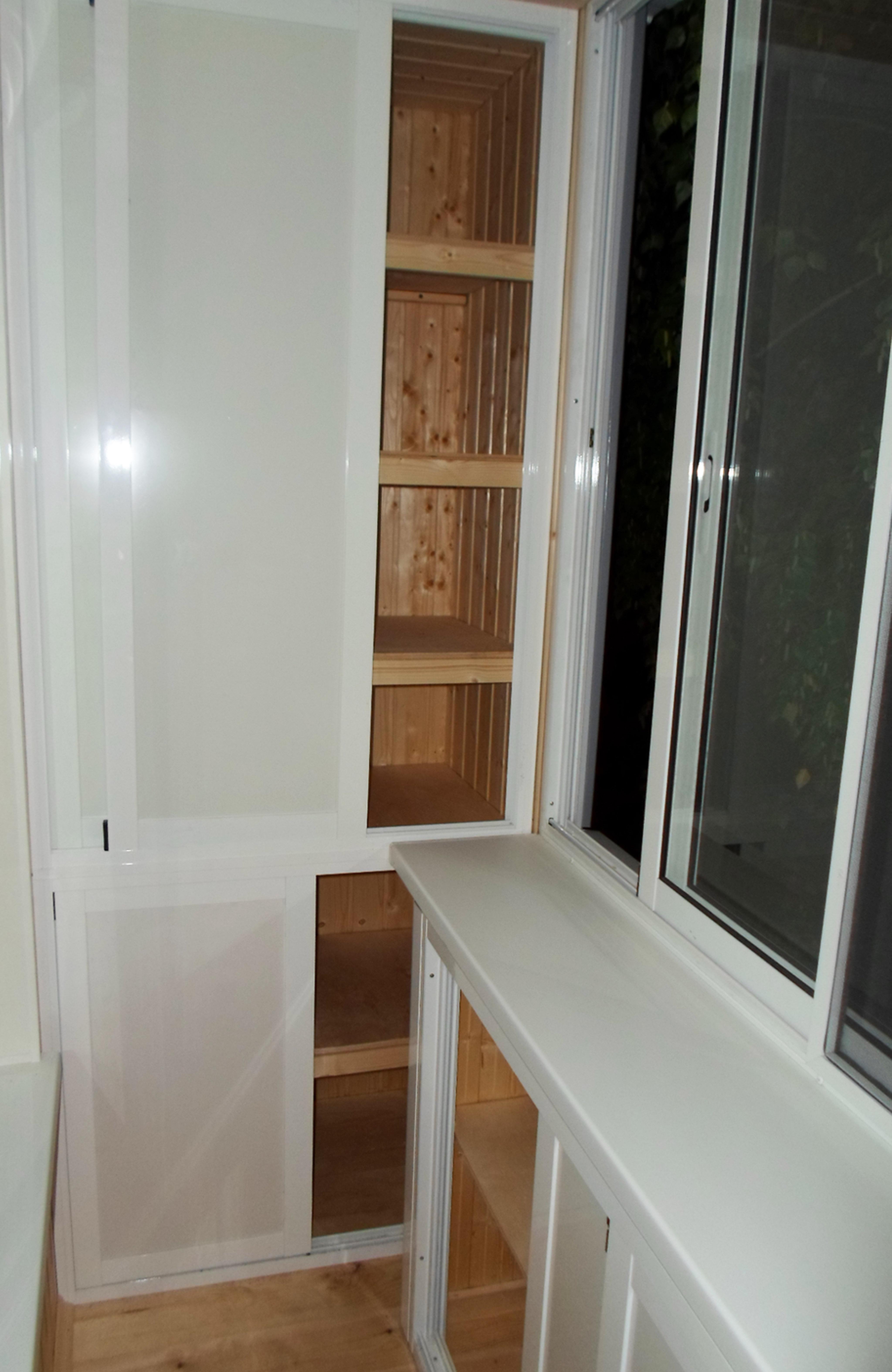 В комнате с вынесенным балконом шкафы. - установка лоджий - .
