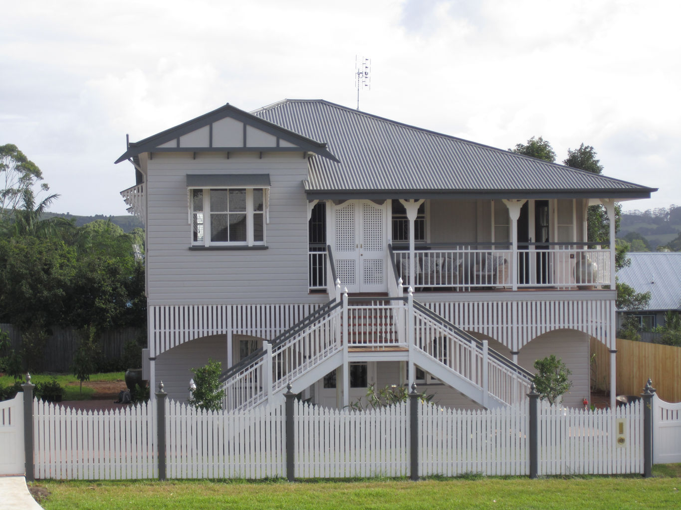 A lovely picket fence completes this high set Queenslander. This project took 16 weeks to complete after all three pieces had been stumped.