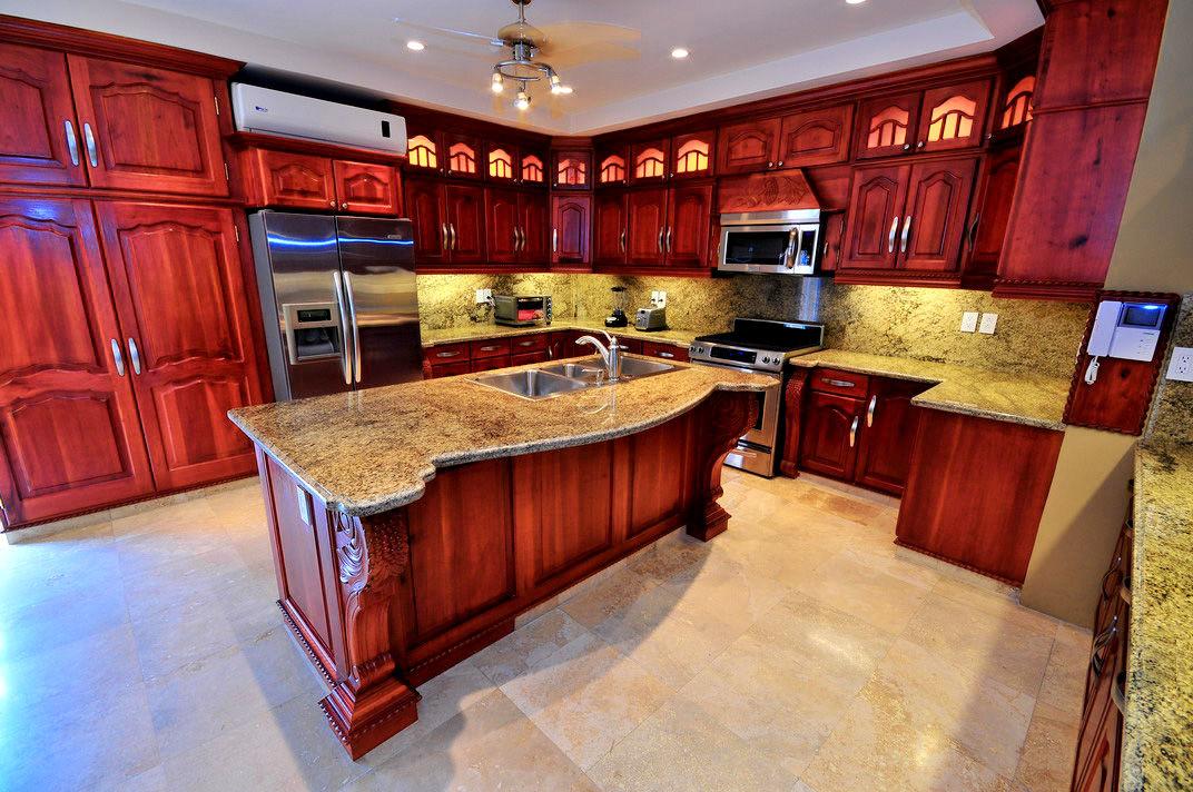 Cocina con mueble de cedro y cubiertas de granito Italiano e Isla de