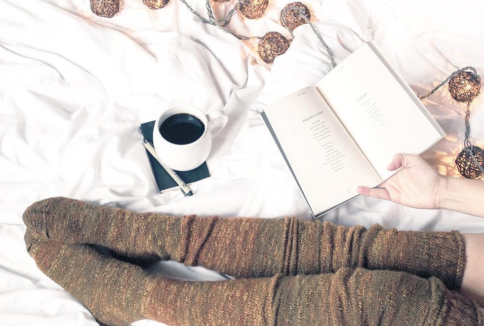Donna che legge con caffè