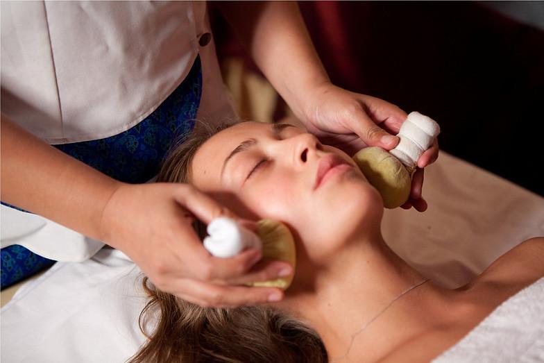 Картинки по запросу массаж лица солевыми мешочками