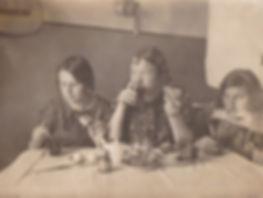 В комнате №39 общежития ЛГПИ им.Герцена. (Пищикова Л.И. в середине). г.Ленинград.Фото1939г.