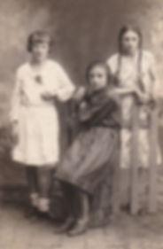 Пищикова Л.И. (первая слева). г.Суджа. Фото1932г.