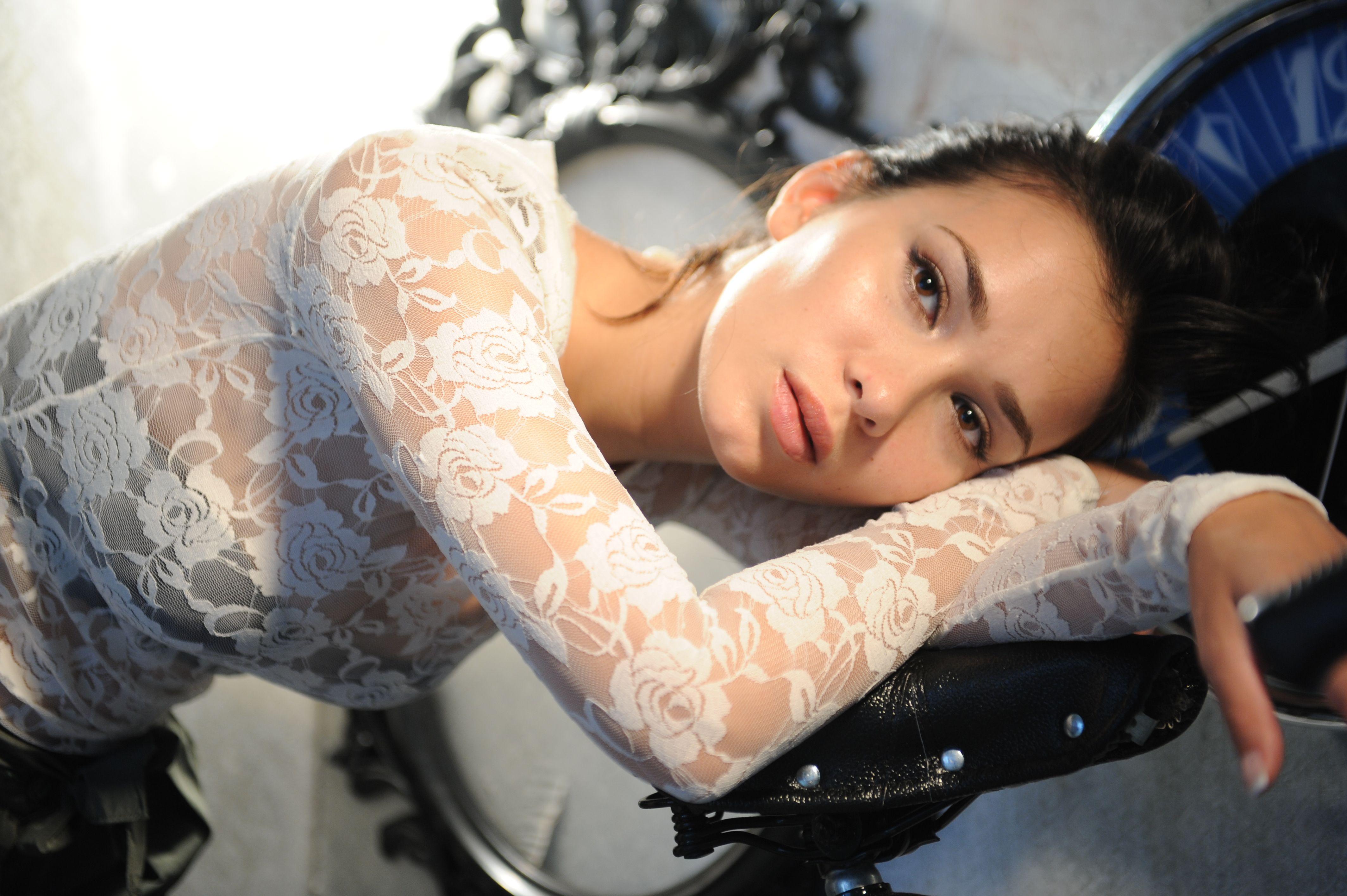 golie-aktrisi-seriala-klon