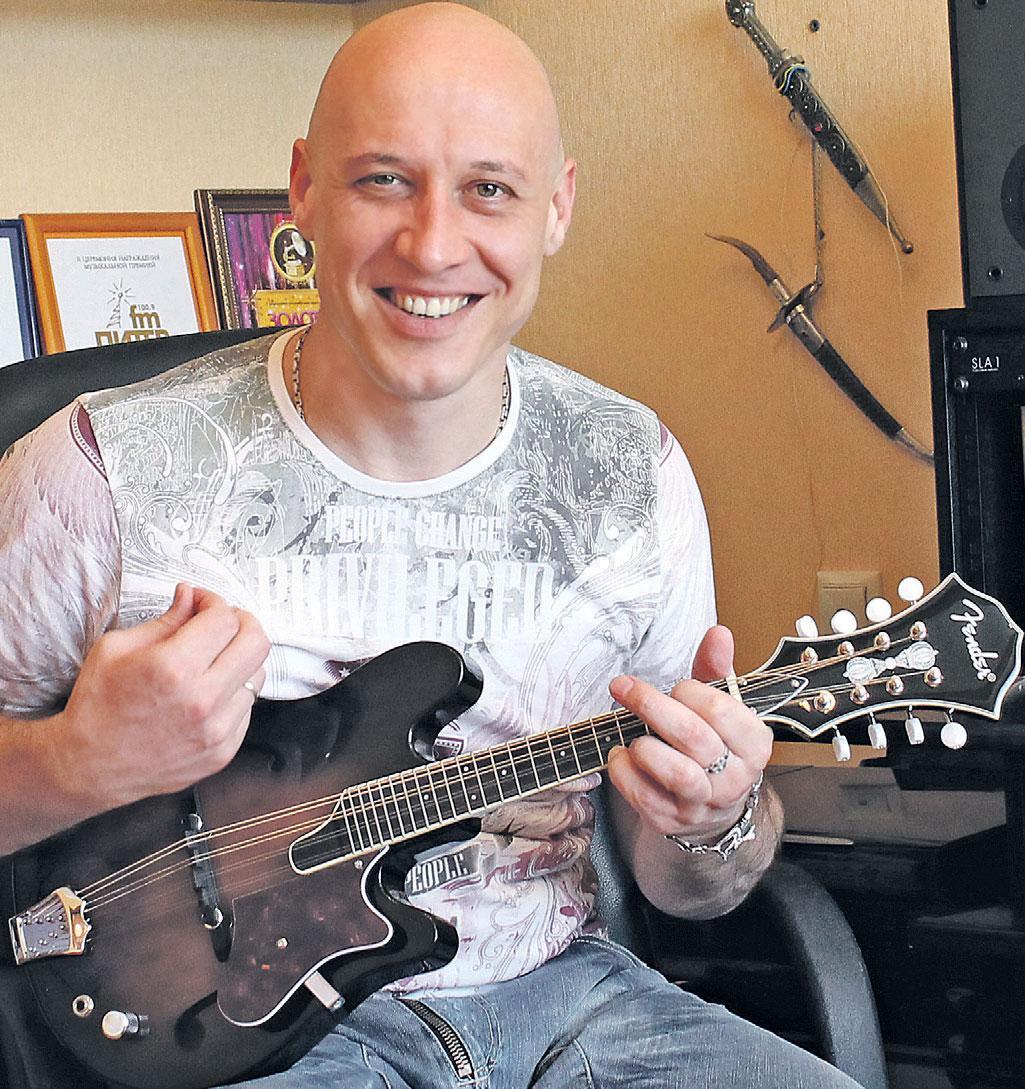 лысый русский певец с гитарой фото