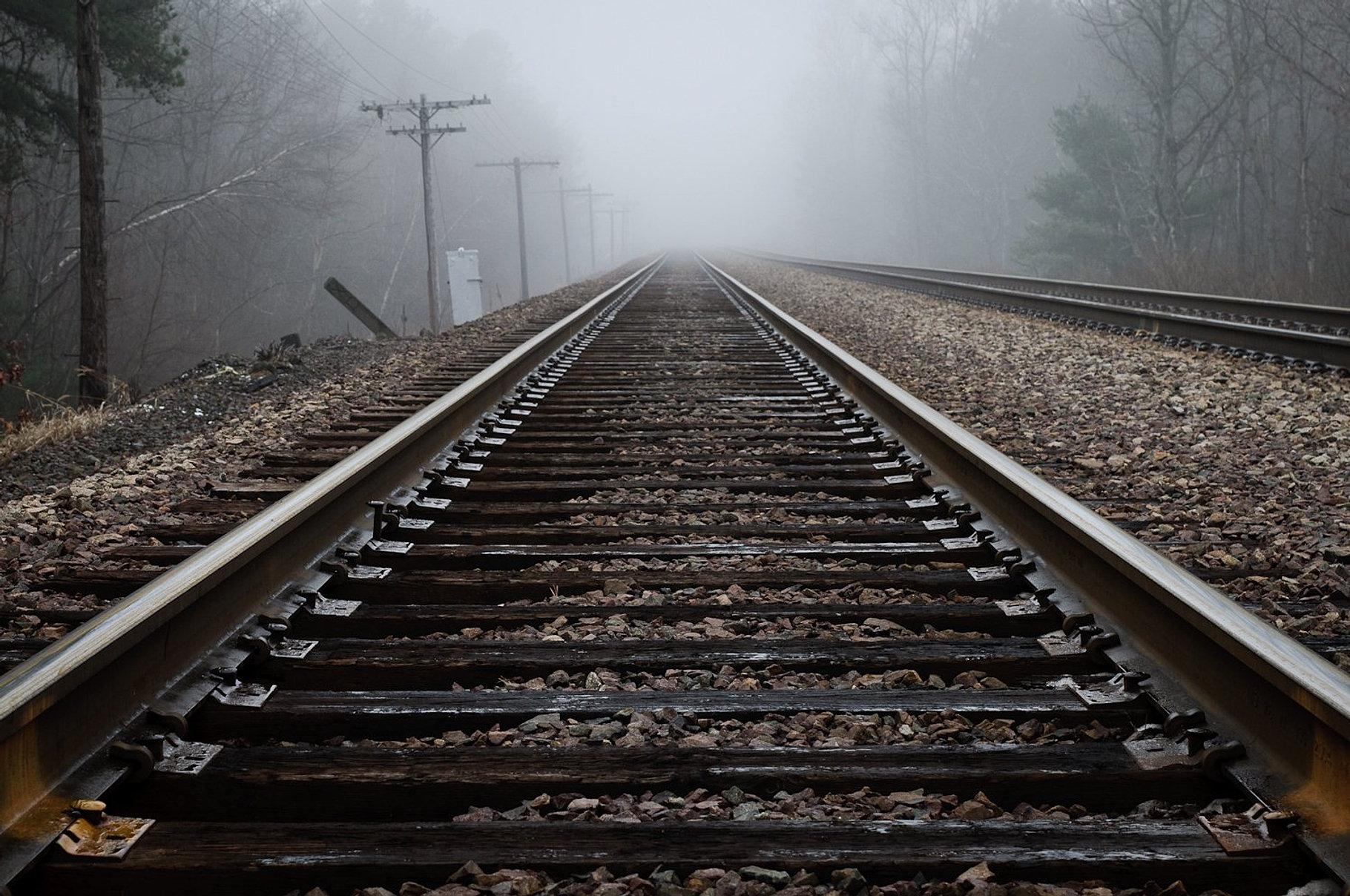 Vía férrea neblina