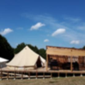 ウッドデッキの上のテント