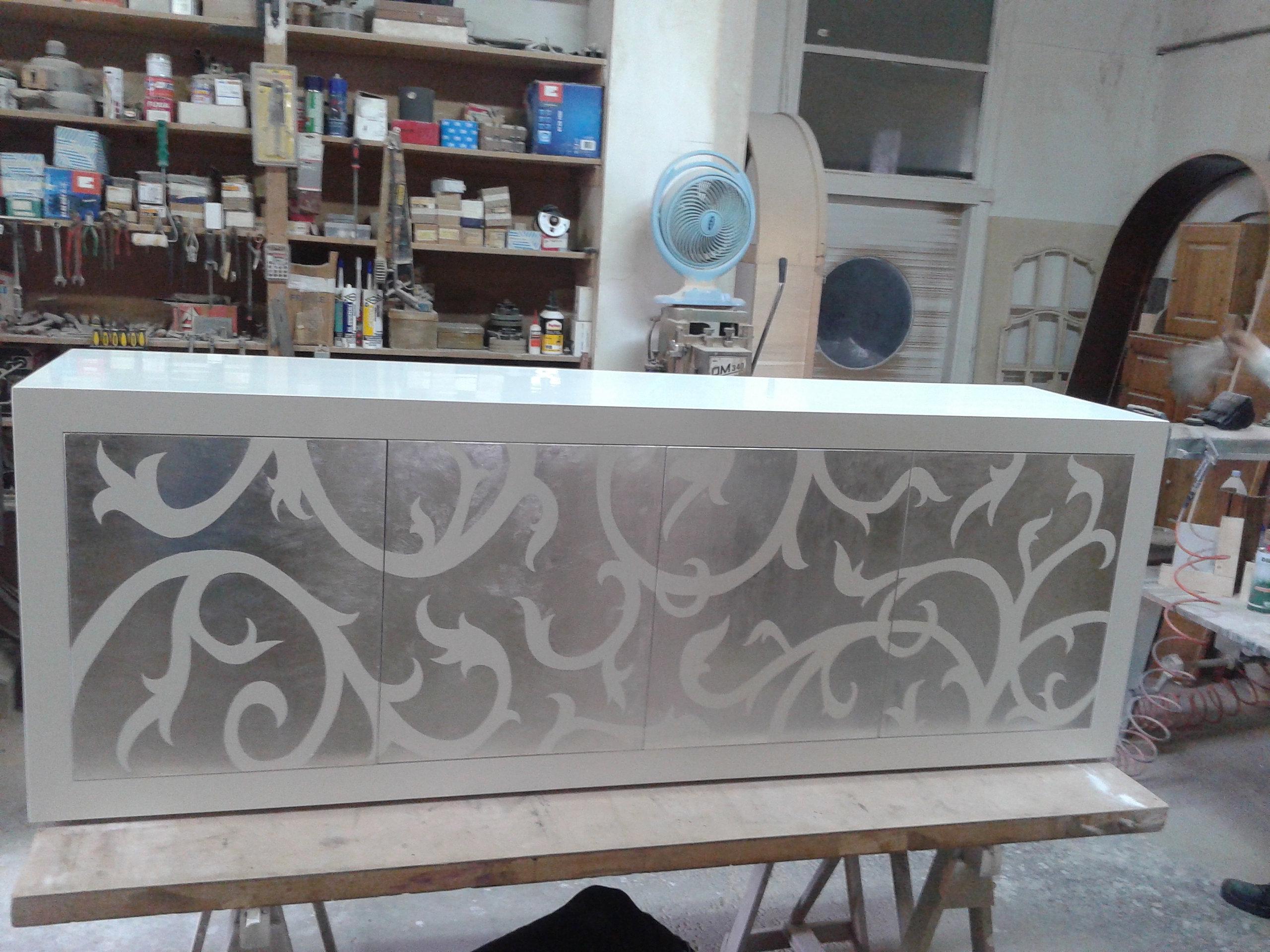 mobile laccato bianco con foglia argento sulle antine, su misura.anche ...