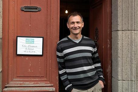 François Muracciole devant l'entrèe du gîte