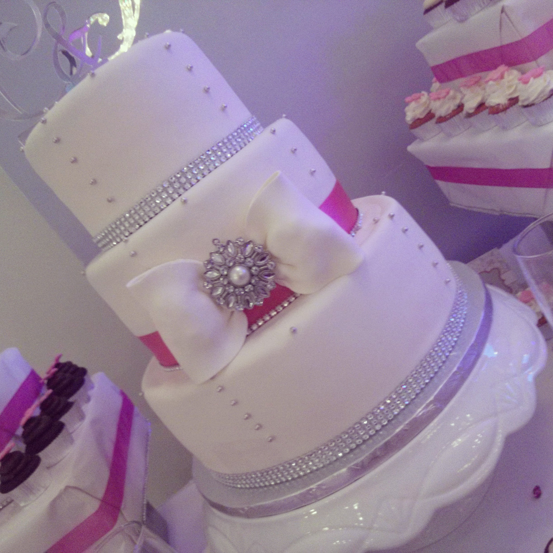 Gâteau de mariage blanc et fushia , ruban fushia et bandelettes d ...