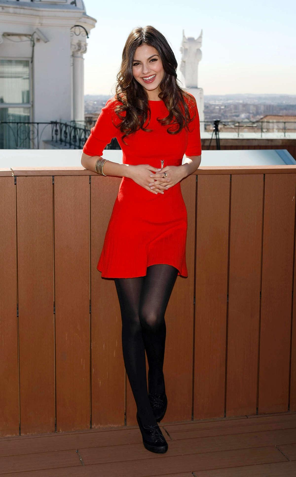 Фото девушек в красном платье и в сапогах 8 фотография