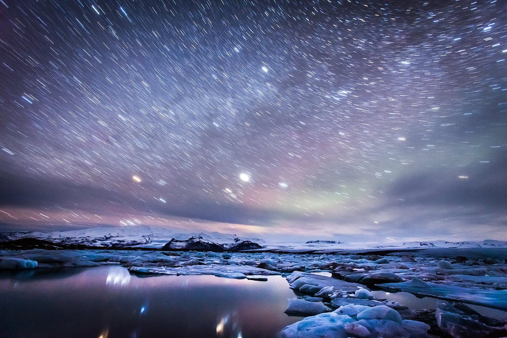 Stars and Northern lights over Jökulsárlón glacier lake in Southern ...
