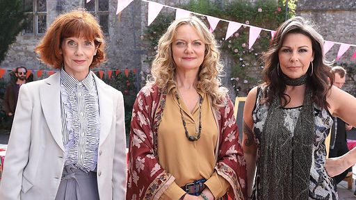 queens-of-mystery-on-acorn-tv_siobhan-redmond-as-aunt-jane-sarah-woodward-as-aunt-beth-jul