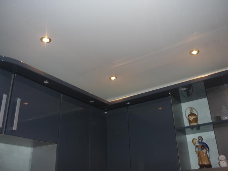 Глянцевый белый натяжной потолок фото