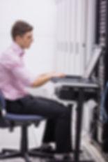 tecnico-sentado-na-cadeira-giratoria-usa