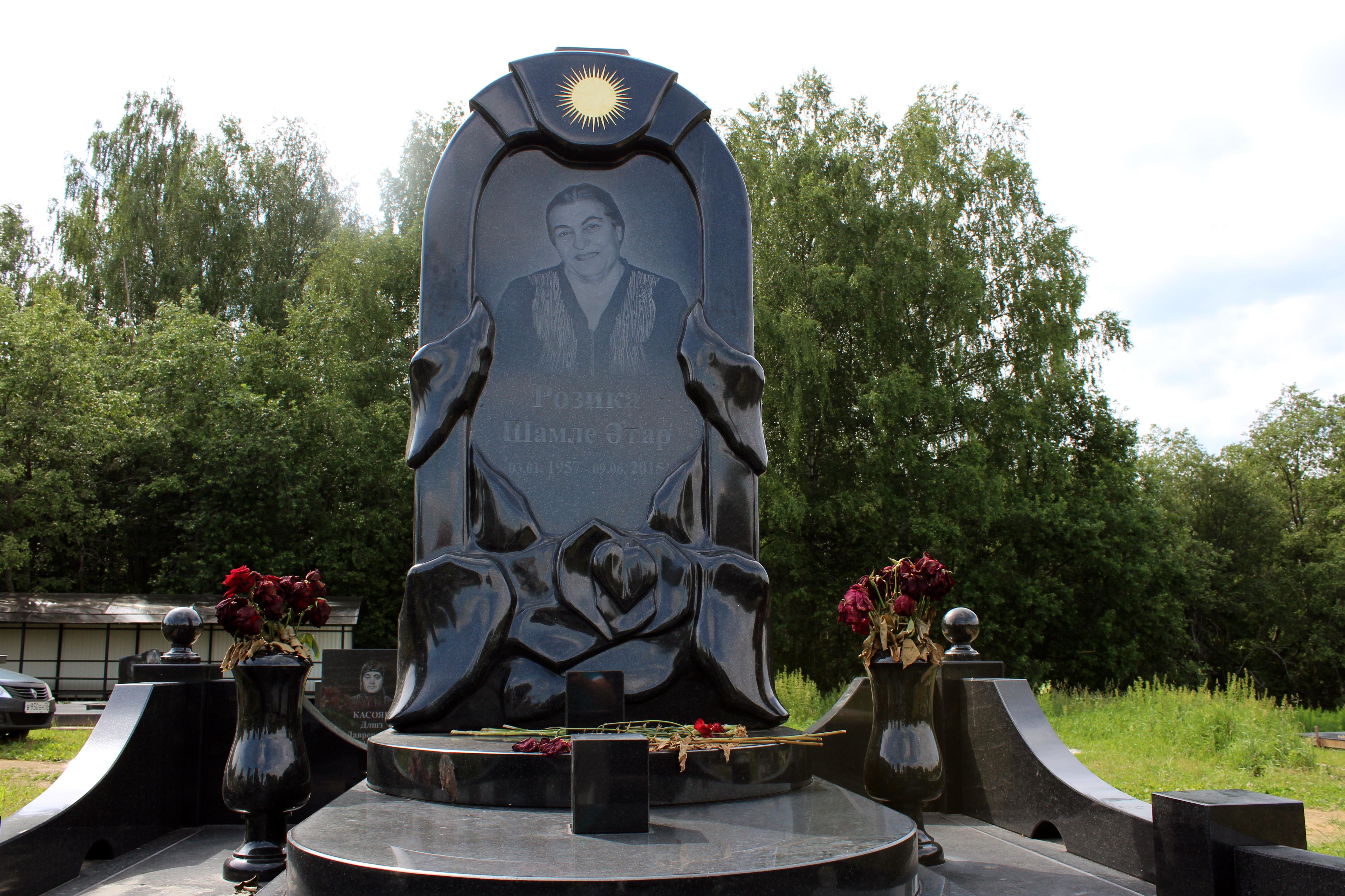 Памятник из гранита Плёс памятник на могилу в виде каменной глыбы
