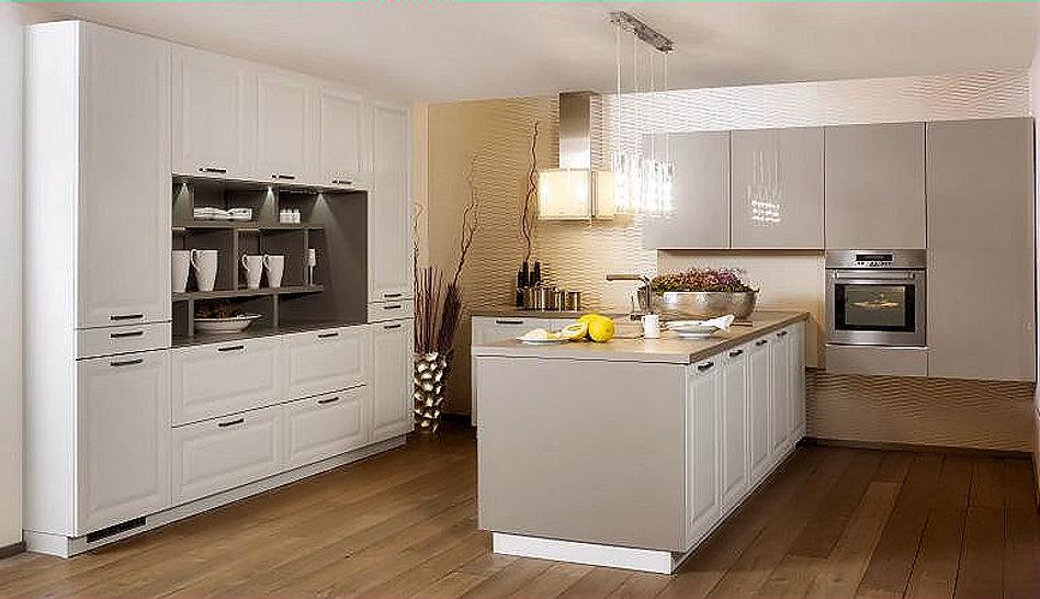 Moderne Landhausküche mit Holz Wandregalen