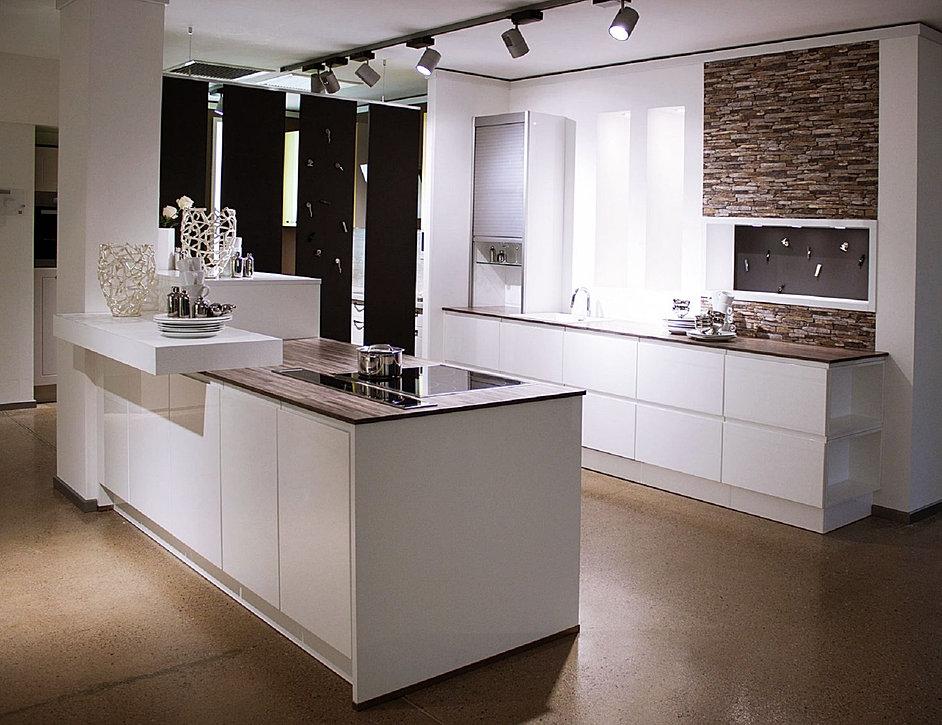 Küche aus Massivholz mit weißer Arbeitsplatte