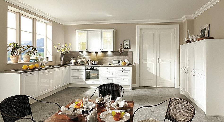 Moderne Eckküche mit Kochinsel und Einbaugeräten