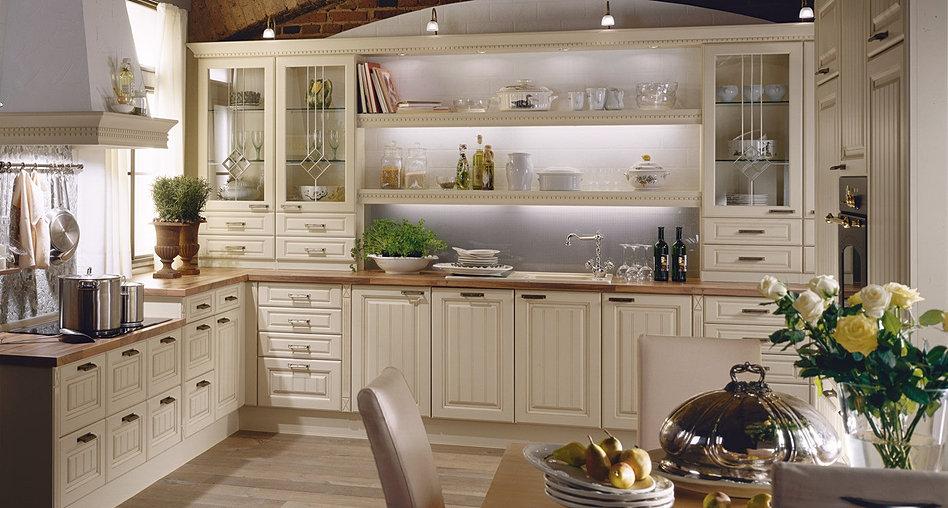 Helle Küche mit Marmor Bodenfliesen und Granit Arbeitsplatte