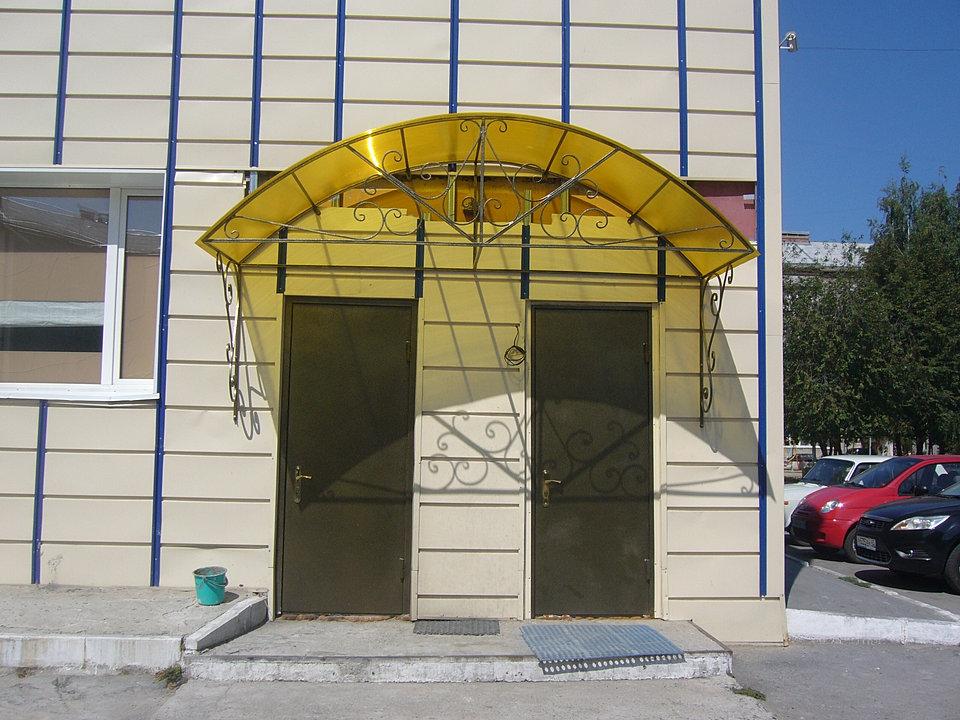 Навес над входной дверью из поликарбоната