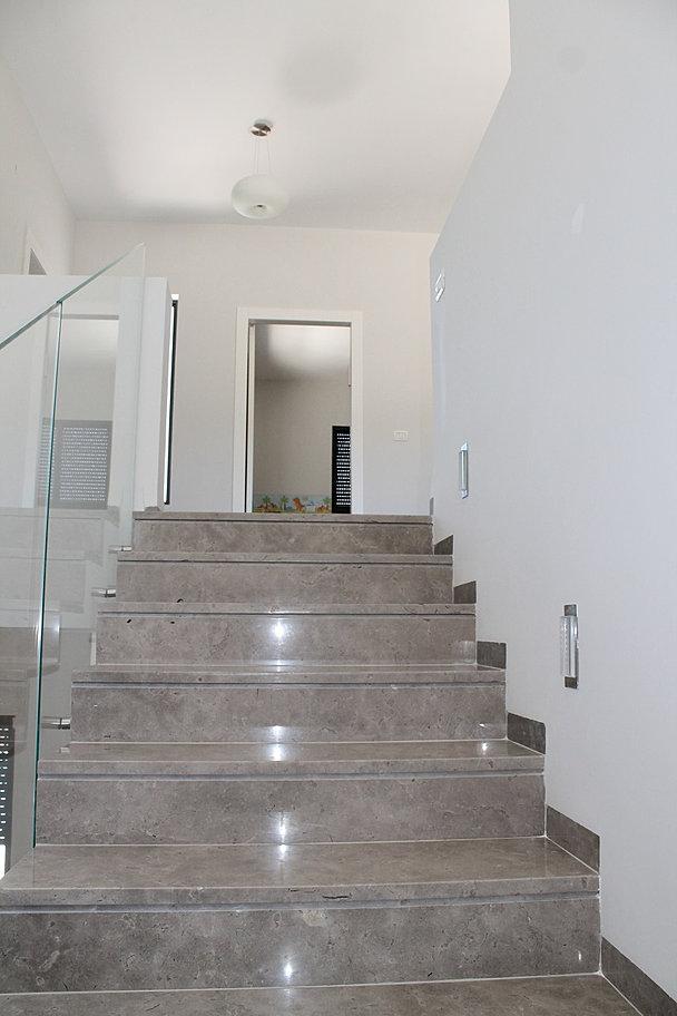 מדרגות לקומה 2