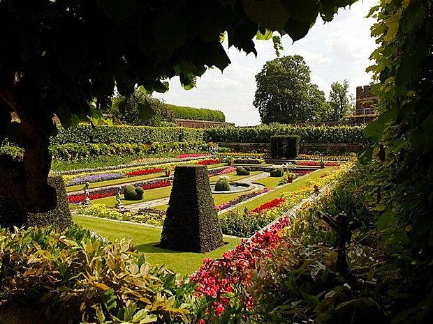 Ad aumentare il fascino del palazzo è in ultimo, ma non per importanza, il Parco di Hampton Court con i suoi 24 ettari di giardini tra i più belli d' Europa.