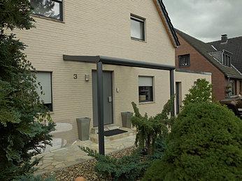 Hauseingang-Überdachung beziehungsweise Haustüren Vordach aus Aluminium und hochwertiger LED-Funkbeleuchtung zum Dimmen.